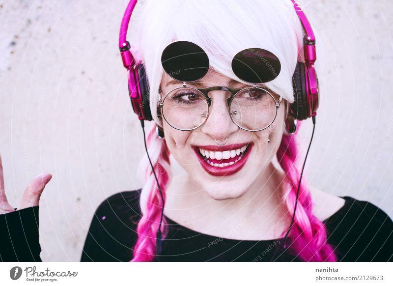 Junge und glückliche Frau mit Kopfhörern Lifestyle Stil schön Sommersprossen Leben Party Feste & Feiern Mensch feminin Junge Frau Jugendliche 1 18-30 Jahre