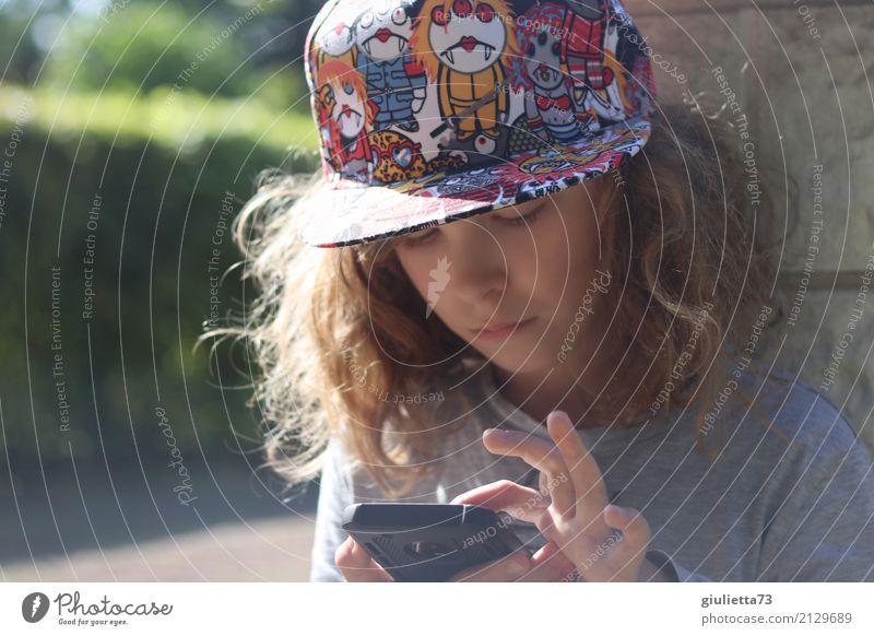 Lebenselixier | Smartphone | Junge mit cooler Kappe und Handy Freizeit & Hobby Spielen Computerspiel PDA maskulin Kind Kindheit Jugendliche 1 Mensch 8-13 Jahre