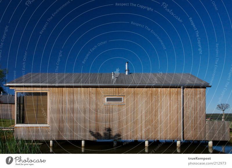 Bootshaus Stil Ferien & Urlaub & Reisen Sommerurlaub Hütte Fassade Terrasse Dach Dachrinne Holz ästhetisch eckig einfach frei modern blau braun Farbfoto