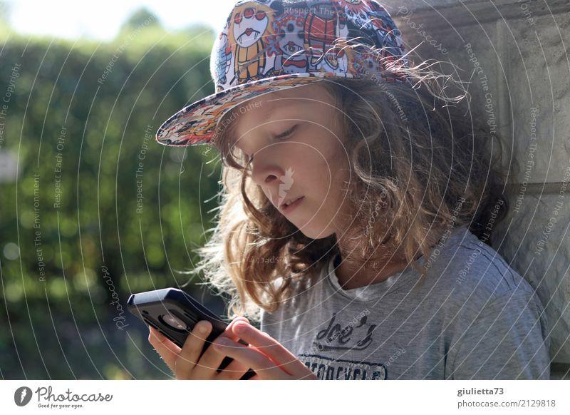 Nochmal schnell WhatsApp checken... Mensch Kind Jugendliche Leben Lifestyle Junge Spielen Freizeit & Hobby Kindheit Kommunizieren Zukunft Coolness lesen