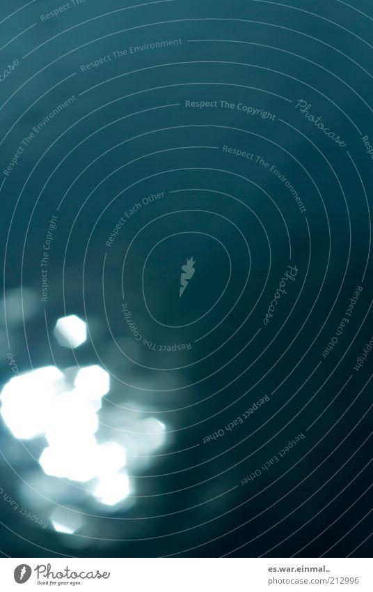white spots. Wasser glänzend Hintergrundbild leuchten Morgen Lichtspiel grell Lichtbrechung Blendenfleck abstrakt Wasseroberfläche Lichtfleck Wasserspiegelung