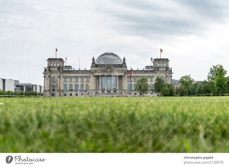 Berliner Reichstagsgebäude aus Froschperspektive Deutscher Bundestag Architektur bundestag Regierungssitz Regierungspalast Textfreiraum Deutsche Flagge
