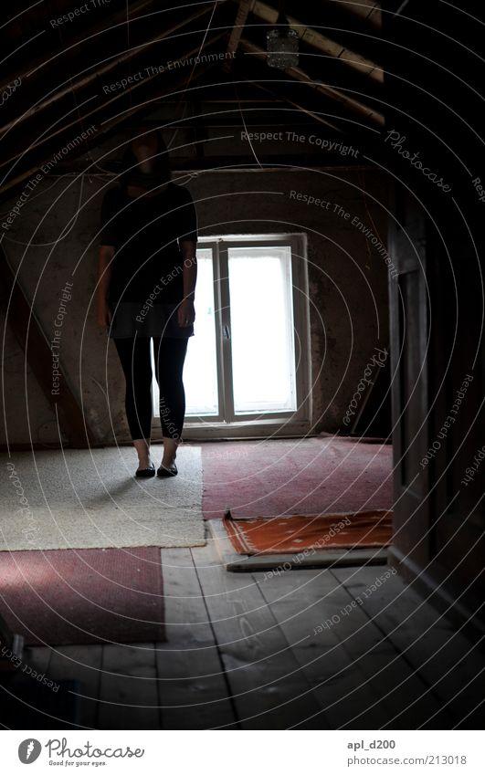 alone in the dark Mensch weiß schwarz Haus feminin dunkel grau braun Angst warten authentisch stehen Dach geheimnisvoll verstecken Geister u. Gespenster