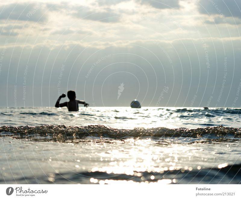 Ballspiel im Meer Mensch Kind Umwelt Urelemente Wasser Himmel Wolken Sommer Wellen Küste Ostsee Spielen werfen hell nass Gegenlicht Wellengang Farbfoto