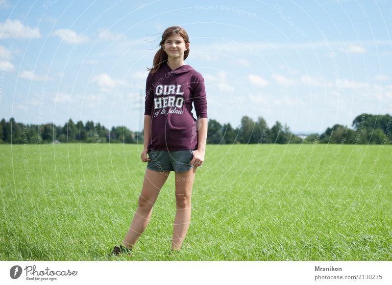 Girl feminin Mädchen Junge Frau Jugendliche Leben 1 Mensch 13-18 Jahre Natur Sommer Schönes Wetter Wiese Feld Lächeln Blick stehen träumen sportlich authentisch