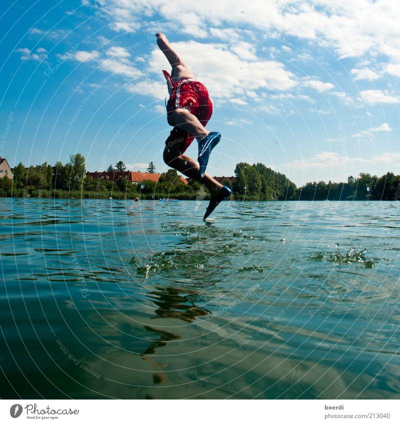 wAsserläufer Freude Freizeit & Hobby Sommer See Teich maskulin Mann Erwachsene Leben 1 Mensch Natur Wasser fliegen laufen springen außergewöhnlich nass blau