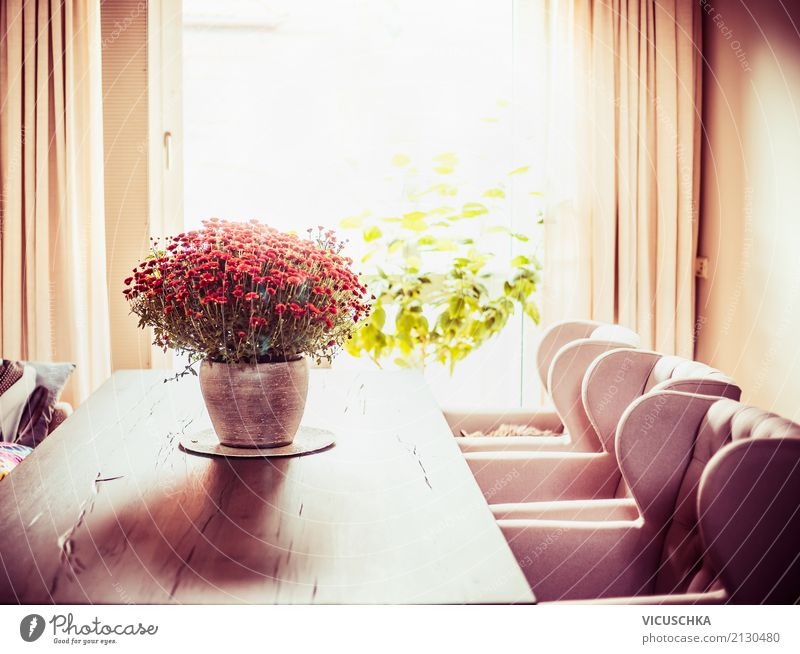 Esszimmer mit Tisch und Blumenstrauß Haus Fenster Lifestyle Herbst Innenarchitektur Stil Design Wohnung Häusliches Leben Raum Dekoration & Verzierung retro