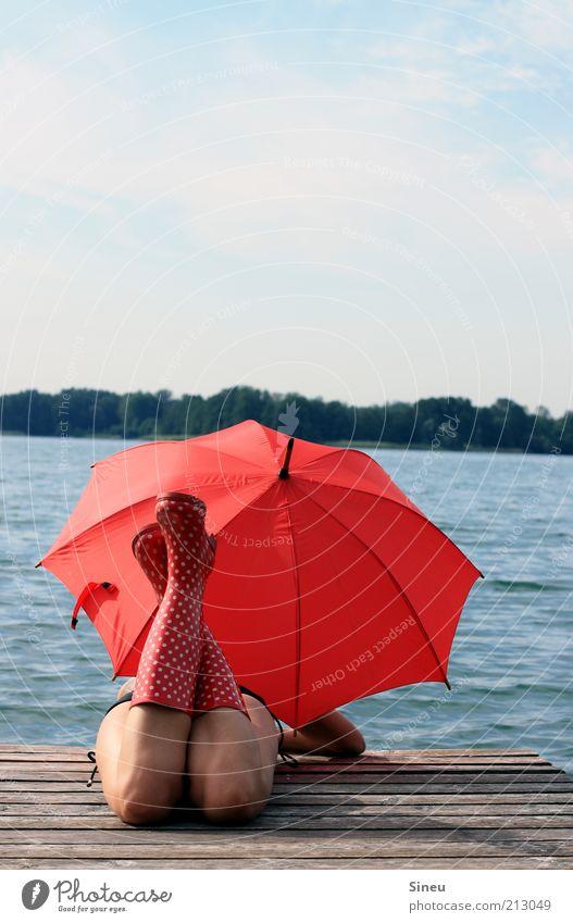 OK, ich warte... II Erholung Tourismus Ferne Sommerurlaub feminin Frau Erwachsene Himmel Schönes Wetter See Bikini Regenschirm Gummistiefel beobachten entdecken