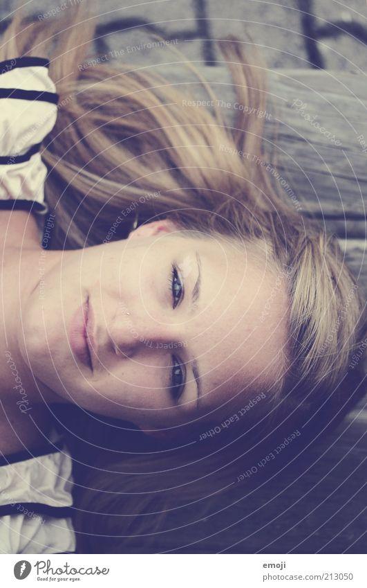 hier und jetzt Mensch Jugendliche schön Gesicht ruhig feminin Kopf blond Erwachsene Beautyfotografie authentisch liegen Gelassenheit direkt positiv
