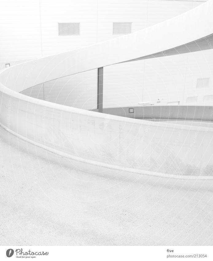 hinauf Hochhaus Parkhaus Bauwerk Gebäude Architektur Mauer Wand Straße Beton Sauberkeit grau weiß Öffentlich Kurve Schwarzweißfoto Außenaufnahme Tag