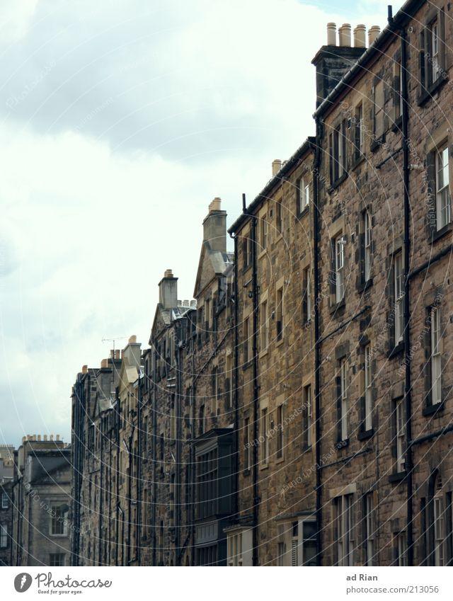 walls of Edinburgh Altstadt Menschenleer Haus Mauer Wand außergewöhnlich Farbfoto Außenaufnahme Häuserzeile Fenster grau trist Himmel Wolken Stadt