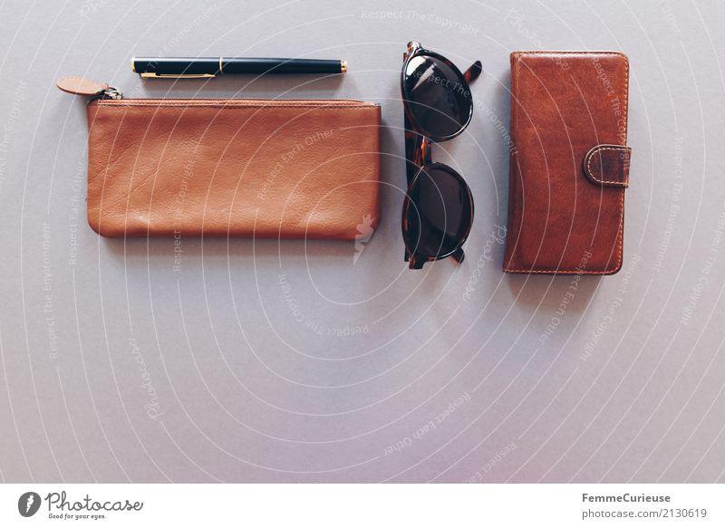 Super Still Life (02) Lifestyle ästhetisch Leder Ledertasche Sonnenbrille Füllfederhalter Kugelschreiber Handy Handyhülle Handytasche grau braun