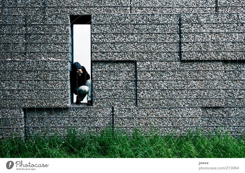 Die andere Seite Mann Erwachsene 1 Mensch Wiese Mauer Wand Denken Traurigkeit weinen eckig trist grau grün Gefühle Schutz Trauer Schmerz Einsamkeit Angst