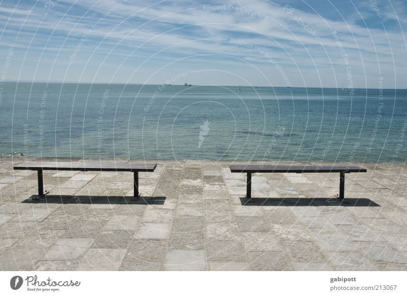 mal wieder aufs meer schauen Umwelt Natur Urelemente Horizont Sommer Wärme Küste Meer Lissabon Hafenstadt Promenade Strandanlage Bank Lebensfreude Optimismus