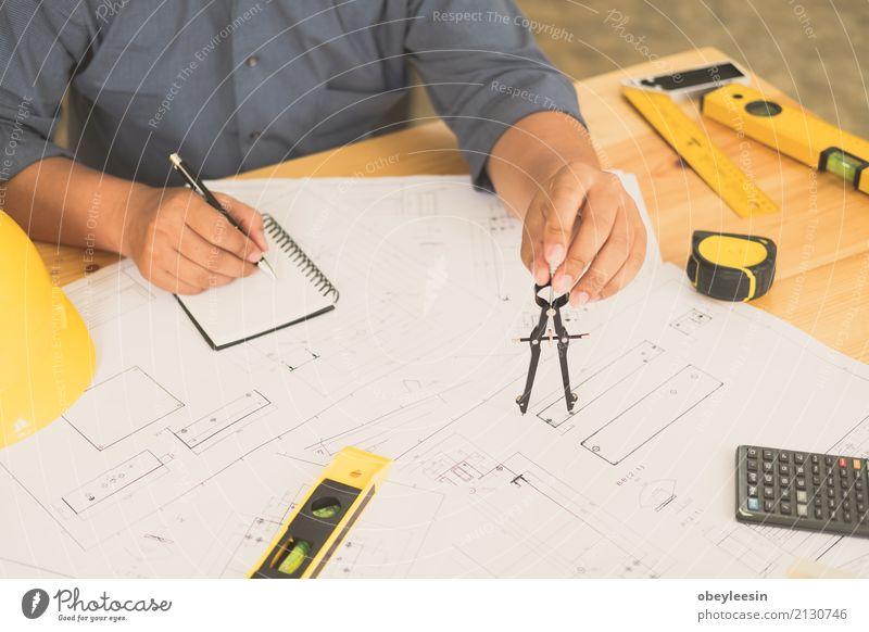 Architekt oder Planer, der an Zeichnungen für Baupläne arbeitet Mensch Mann blau Hand Erwachsene Architektur Gebäude Business Design Arbeit & Erwerbstätigkeit