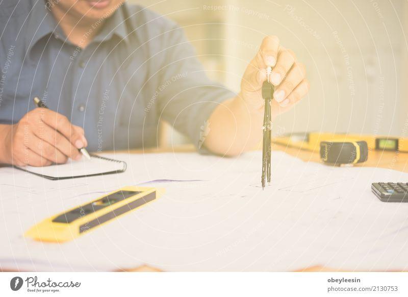 Architekt oder Planer, die an Zeichnungen für Bau arbeiten Mensch Mann blau Hand Erwachsene Architektur Gebäude Business Design Arbeit & Erwerbstätigkeit