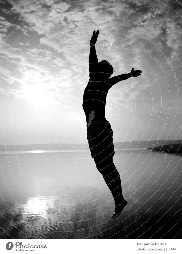 JUMP Leben Freiheit maskulin Junger Mann Jugendliche Erwachsene 18-30 Jahre springen frei Unendlichkeit Mut Schwarzweißfoto Außenaufnahme Morgen Silhouette