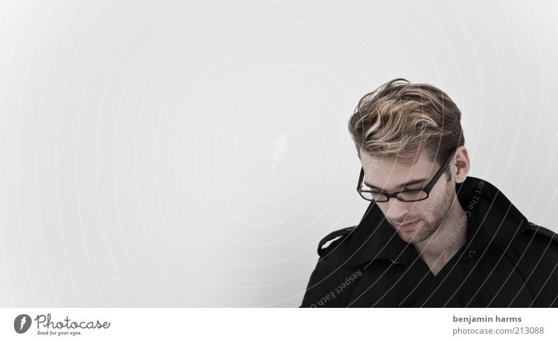 irgendwas, nur was?! Mensch Jugendliche Einsamkeit schwarz ruhig Erwachsene Haare & Frisuren Traurigkeit Denken träumen blond maskulin Junger Mann 18-30 Jahre nachdenklich Brille