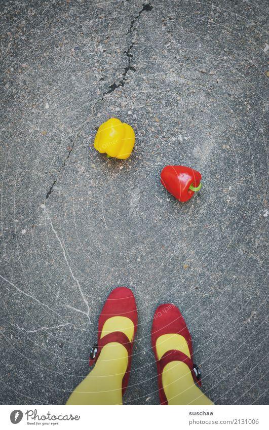 paprika Frau rot Mädchen Straße gelb Beine außergewöhnlich Lebensmittel Schuhe Gemüse Asphalt Strümpfe seltsam Paprika Damenschuhe