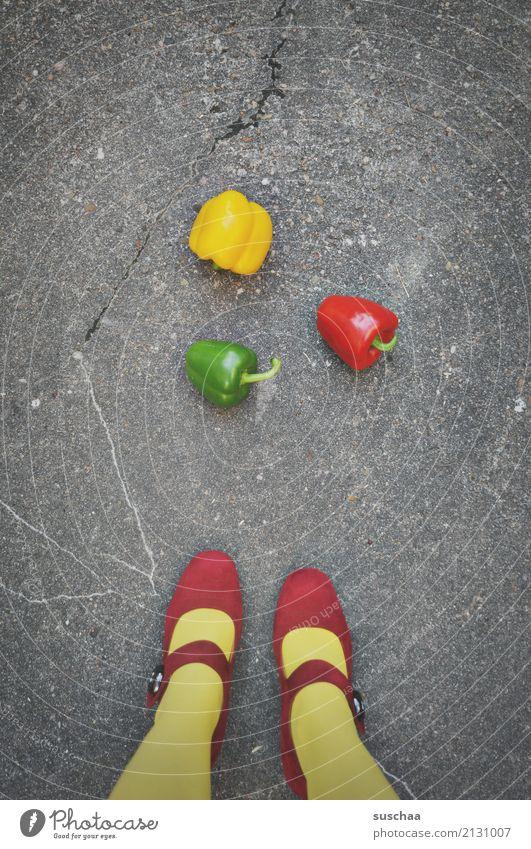 paprika (2) füße Beine Frau Mädchen weiblich Strümpfe Schuhe Damenschuhe rot gelb grün ampelfarbe Straße Asphalt Gemüse Paprika Lebensmittel 3 außergewöhnlich