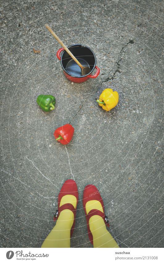 streetcooking Frau grün rot Mädchen Straße gelb Beine außergewöhnlich Lebensmittel Schuhe Gemüse Asphalt Strümpfe seltsam Essen zubereiten Topf