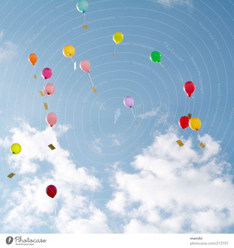 Ein Himmel voller Wünsche blau Sommer Wolken Ferne Gefühle Frühling Freiheit fliegen hoch Luftballon Wunsch Textfreiraum wehen aufsteigen Höhe