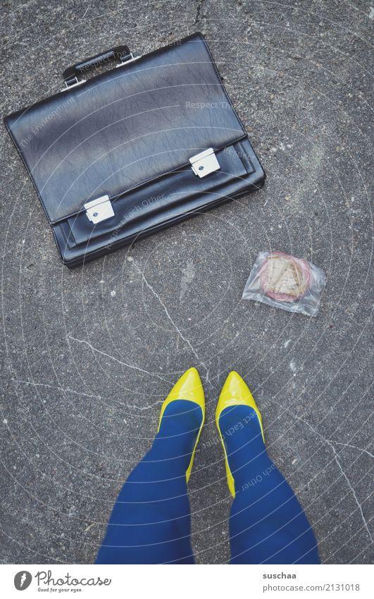 mittagspause Beine Schuhe Damenschuhe Frau weiblich Aktenkoffer Straße Arbeit & Erwerbstätigkeit Mittagspause Vesper gelb blau seltsam skurril Unfall