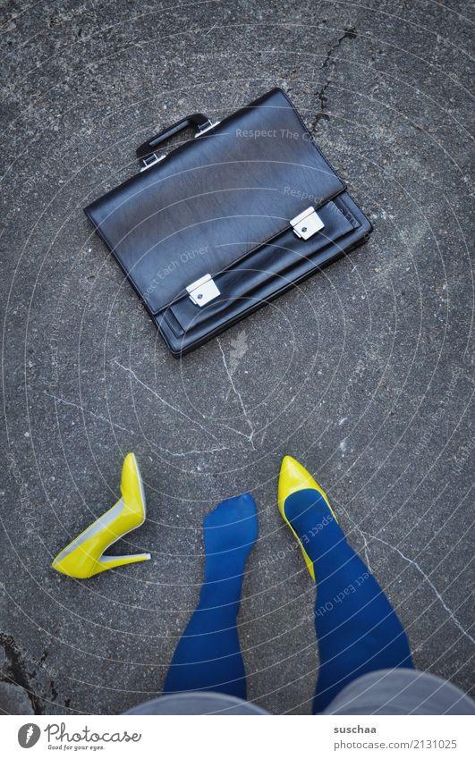 schuhverlust Fuß Beine Schuhe unentschlossen Damenschuhe Versehen verlieren verloren unaufmerksam verrückt seltsam außergewöhnlich blamabel stehen Asphalt gelb
