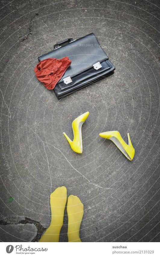 bisschen mehr als mittagspause Beine Fuß Schuhe Damenschuhe Strümpfe Frau weiblich Aktenkoffer Straße Arbeit & Erwerbstätigkeit Mittagspause gelb rot seltsam