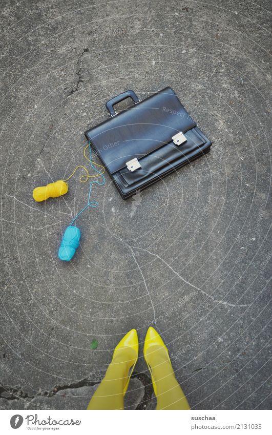 aktenzeichen .. xy Frau Straße gelb Beine Fuß Arbeit & Erwerbstätigkeit stehen Strümpfe seltsam Unfall Wolle zyan Damenschuhe Mittagspause Wollknäuel