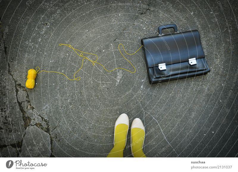 wollverlust Frau Straße gelb Beine Fuß Arbeit & Erwerbstätigkeit Schuhe stehen Strümpfe seltsam Unfall Wolle Mittagspause Wollknäuel Aktenkoffer