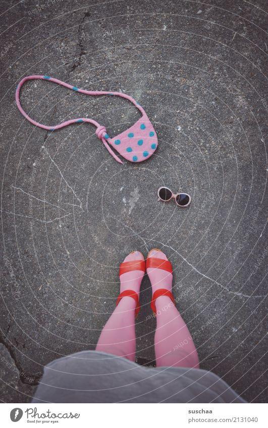 der letzte ausflug ausgehen Sommer Sonntag Spaziergang Sonnenbrille Handtasche weiblich Beine Fuß Damenschuhe rosa stehen Straße Asphalt Strümpfe Rock