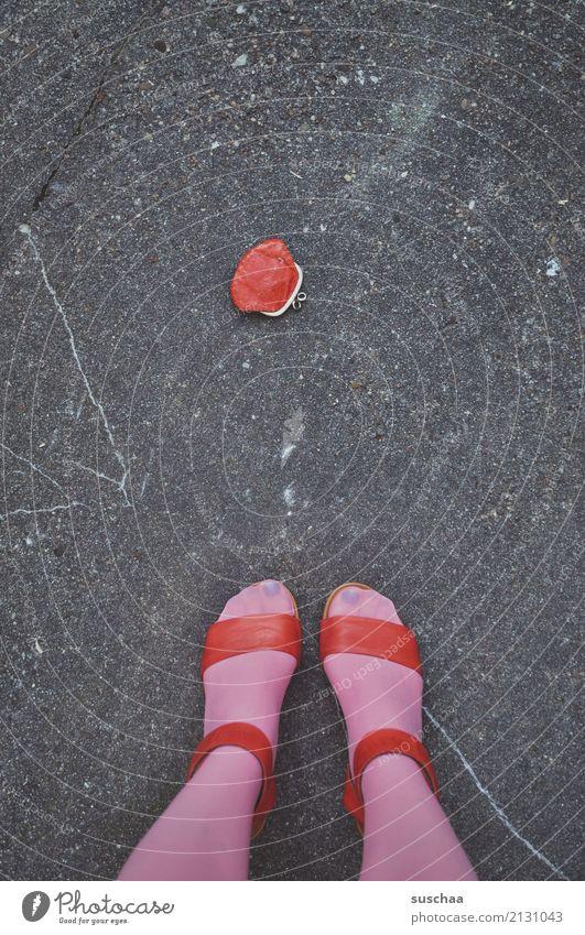 verlust oder fund Fuß Beine weiblich Frau Strümpfe Schuhe Sandale Damenschuhe stehen Straße Asphalt heben verlieren Portemonnaie Geld verloren finden rot rosa