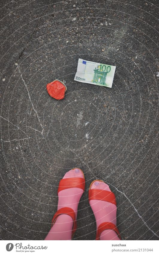 wunschfund Fuß Beine weiblich Frau Strümpfe Schuhe Sandale Damenschuhe stehen Straße Asphalt heben Fund verlieren Portemonnaie Geld Geldscheine Euro 100