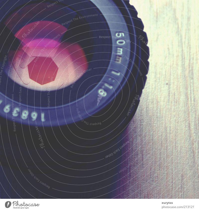Blende auf,es gibt Licht! Farbe Holz Technik & Technologie Schriftzeichen violett Linse Objektiv Blende Detailaufnahme Makroaufnahme Optik Brennweite