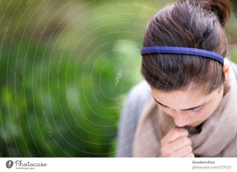Ich schreibe dir.. Mensch Natur Einsamkeit feminin Gefühle Haare & Frisuren Denken Stimmung Park Zufriedenheit authentisch Bekleidung nachdenklich 18-30 Jahre