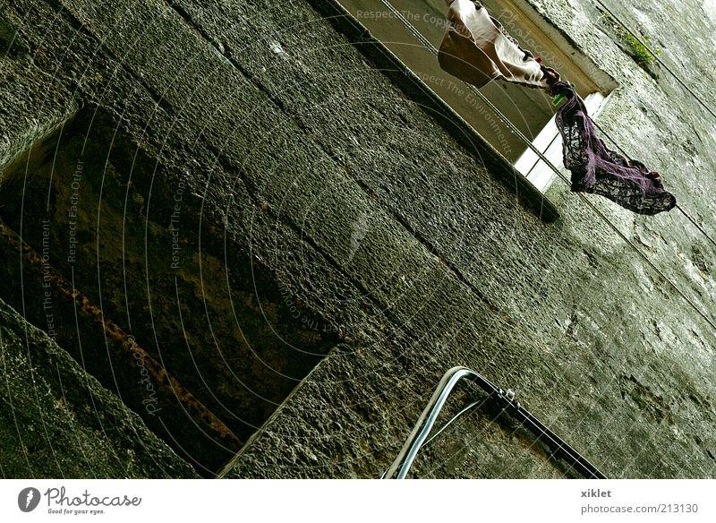 Haus Gebäude Wand Fassade Bekleidung Trocknung erhängen Raum antik alt verwohnt Erdhöhle gelb Armut Einfachheit Erschütterung Metropole Portugal Zentrum Fenster