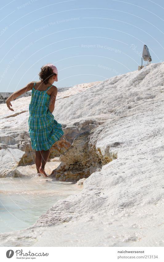 walk the line Mensch Wasser Mädchen schön Sommer Strand Ferien & Urlaub & Reisen hell Küste wandern gehen nass Felsen Kleid Mütze Schönes Wetter