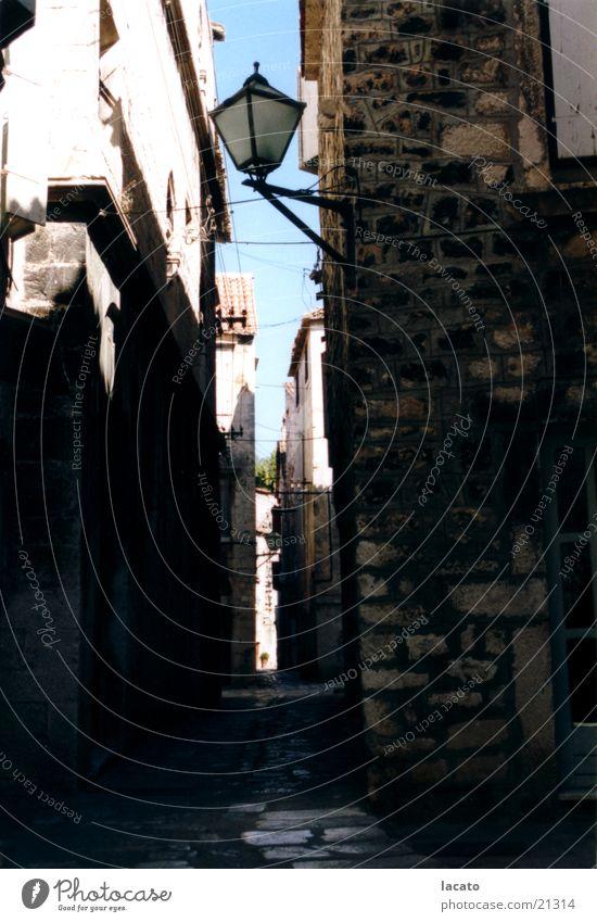 die dunkle Gasse Gebäude Kroatien Laterne Stimmung Architektur