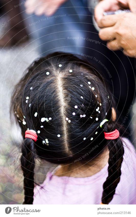 Karneval! Kind Kleinkind Mädchen Haare & Frisuren 3-8 Jahre Kindheit Sympathie Zopf Konfetti Farbfoto Außenaufnahme Textfreiraum oben Tag Schwache Tiefenschärfe