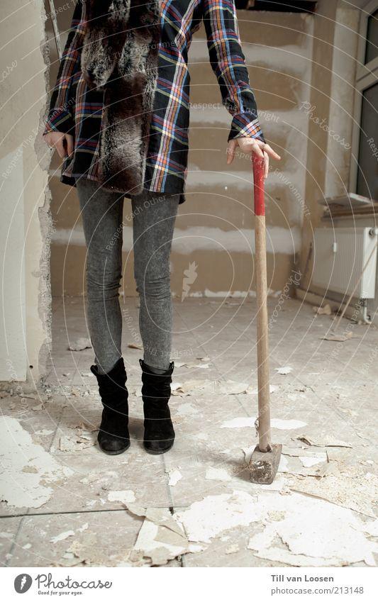 hammer Jugendliche weiß schwarz Erwachsene Holz grau Stein Metall Mode Schuhe Beton verrückt kaputt stehen Wandel & Veränderung Baustelle