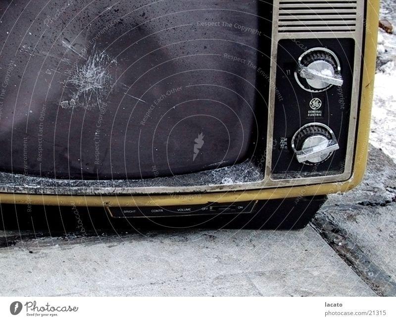 TV Schrott Fernseher Müll springen Schalter kultig Bildschirm grau gelb Fernsehen Entertainment the ring Glas Wassertropfen