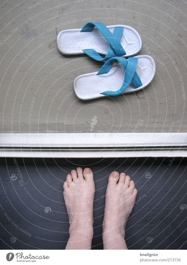 Schwellenangst Mensch Frau Erwachsene Beine Fuß 1 Schuhe Flipflops stehen blau grau weiß Badelatschen Türschwelle Teppich Zehen warten Trennlinie Farbfoto
