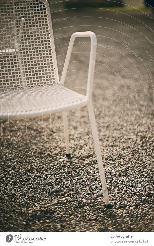 Ruheplatz alt weiß Garten Metall retro trist Stuhl Terrasse Kies Kieselsteine Gartenstuhl