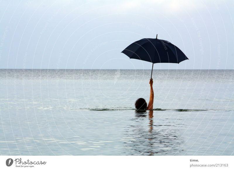 Vorsichtsmaßnahme Schwimmen & Baden Ferne Meer Wellen Frau Erwachsene Kopf Arme Wasser Himmel Horizont Ostsee Regenschirm außergewöhnlich nass schwarz skurril