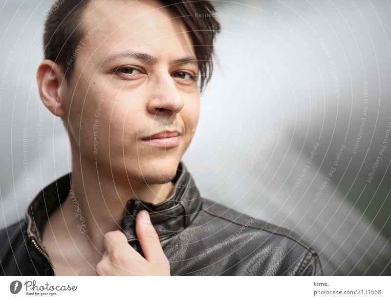 . Mensch Mann Erwachsene Denken maskulin modern beobachten Coolness Neugier planen Schutz festhalten Konzentration Jacke Inspiration Wachsamkeit