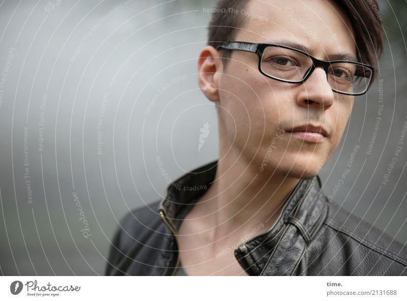 . maskulin Mann Erwachsene 1 Mensch Jacke Brille brünett kurzhaarig Dreitagebart beobachten Denken Blick warten außergewöhnlich Neugier rebellisch schön
