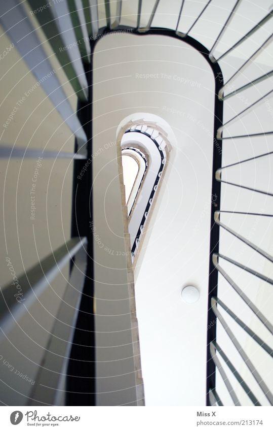 upstairs Wohnung Haus Treppe hoch rein Treppenhaus Treppengeländer Farbfoto Innenaufnahme Menschenleer Froschperspektive Zentralperspektive Etage Geländer trist