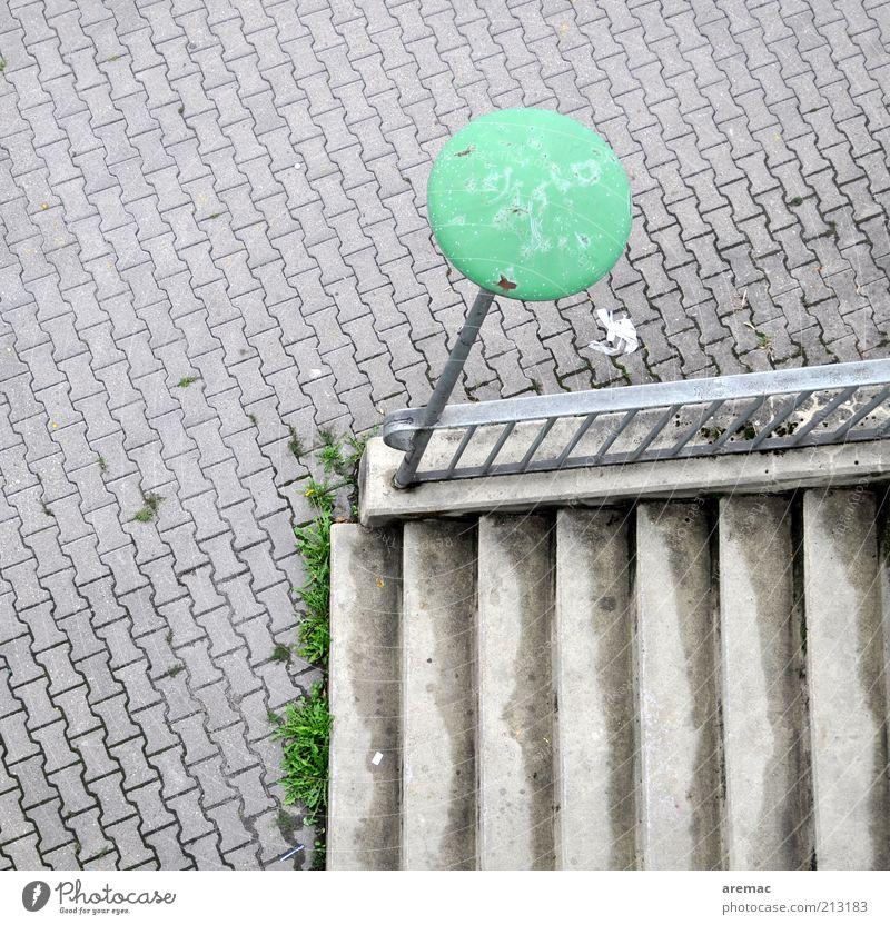 Nebeneingang alt Stadt grün Lampe grau Stein Treppe Platz trist einfach Straßenbeleuchtung Treppengeländer Pflastersteine Textfreiraum links Bildausschnitt