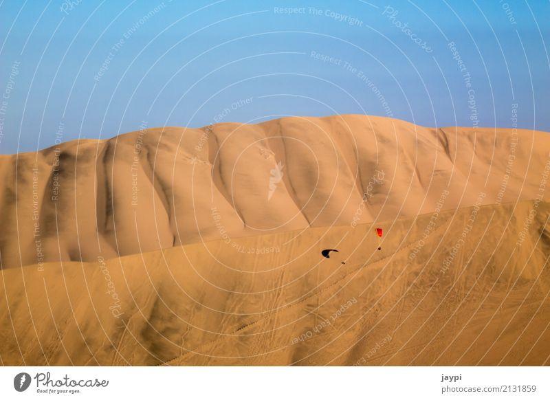 Wüstenflug Gleitschirm Gleitschirmfliegen Abenteuer Freiheit Umwelt Landschaft Sand Wolkenloser Himmel Schönes Wetter Düne Fluggerät dehydrieren trocken Wärme